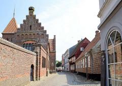 Blick durch die Sonderportsgade zum alten Rathaus von Ribe, um 1496 errichtet - ab 1708 Nutzung als Ratshaus, jetzt Museum und Standesamt für öffentliche Trauungen.