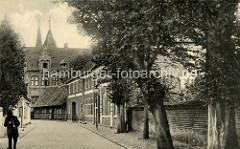 Historische Ansicht der dänischen Stadt Ribe - Puggaardsgade ; im Hintergrund der alte Bischofspalast Taarnborg. Das Renaissancegebäude wurde 1580 erbaut.
