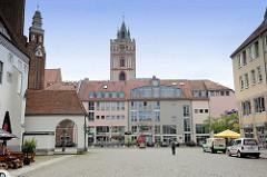 Blick über den Marktplatz von Frankfurt/Oder, hinter den Kaufhäusern - Geschäftshäusern der Kirchturm der Sankt Marienkirche; links ein Ausschnitt vom Rathaus der Stadt.