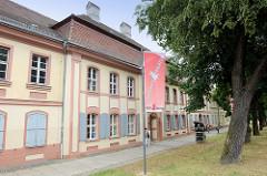 Häuser des ehemaligen Heiligen Geisthospitals, heute Haus der Künste in der Lindenstraße von Frankfurt/Oder; das Hospital wurde 1785–1787 nach Plänen von Martin Friedrich Knoblauch erbaut und 1988 zum Haus der Künste umgebaut. Die historische Häu
