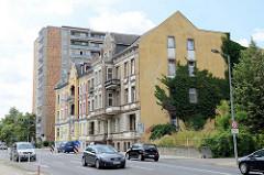 Gründerzeitgebäude, mehrstöckige Wohnhäuser und Hochhaus in der Rosa Luxemburg Straße von Frankfurt / Oder.