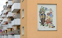 Wandbild / Mosaik Volkstanz an einer Hausfassade in der Carl Philipp Emanuel Bach Straße in Frankfurt/Oder.   Entwurf /  Umsetzung Fritz Eisel, 1960.