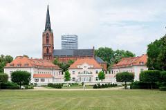 """Denkmalgeschützte Wohnhausgruppe am Gertraudenplatz in Frankfurt/Oder, im Hintergrund die Sankt Gertraud Kirche. © <a href=""""http://www.christoph-bellin.de"""" rel=""""noreferre"""