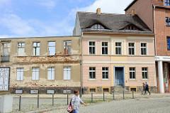 Neu & alt, restauriertes Wohnhaus mit Ochsenaugen/Fledermausgaube als Dachfenster; daneben die Fassade eines denkmalgeschützten Wohn Gebäudes in der Straße Kellenspring in Frankfurt/Oder Türen und Fenster sind durch  Trompe-l'œil Malerei ersetzt.