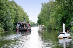 Schiffsverkehr auf dem Ernst August Kanal in Hamburg Wilhelmsburg.