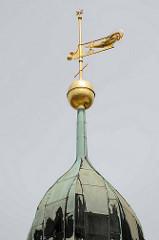 Wetterfahne / Windfahne auf   der Spitze vom Uhrenturm des Rathauses in Frankfurt/Oder; goldener krähender Hahn mit der Jahreszahl 1977.