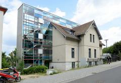 Alt + Neu; halbiertes Wohnhaus mit modernem Glasanbau in der Ferdinandstraße von Frankfurt (Oder).