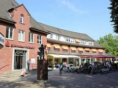 Ehem. Postgebäude, jetzt Sparkasse - Straße / Platz Weiße Rose in Hamburg Volksdorf - erbaut 1950, Architekt Walter Ahrendt. Lks. die Statue des Postillion - Bildhauer Richard Kuöhl.