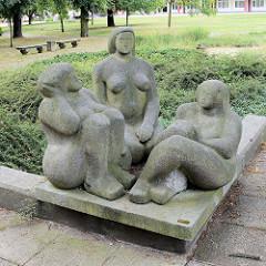 Steinskulpturen / Frauengruppe Ruhende am Topfmarkt in Frankfurt/Oder; Bildhauer Herbert Burschick, 1985.