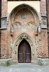 Nordportal mit Skulpturen und Reliefs der denkmalgeschützten  Marienkirche in Frankfurt/Oder