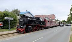 Die Bäderbahn Molli fährt in die Bahnstation Kühlungsborn-Mitte ein. Der Zug wird von der Dampflok 992322-8 gezogen.