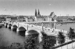 Altes Bild von der Stadtbrücke über die Oder bei Frankfurt; die 264 m lange Bogenbrücke wurde 1895 erbaut. Im Hintergrund Kaianlagen am Fluss sowie die Doppeltürme der Friedenskirche und das hohe Dach vom Franziskaner Kloster-Kirche.