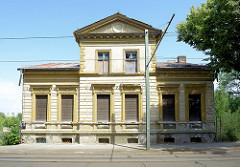 Leerstehende Gründerzeitvilla in der Herbert Jensch Straße von Frankfurt/Oder - die Fenster des Wohngebäudes sind vernagelt.