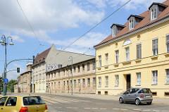 Historische Architektur in der Herbert-Jensch-Straße von Frankfurt / Oder; im Vordergrund das 1803 errichtete Badehaus / späteres Verwaltungsgebäude.