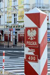 Polnischer Grenzpfosten in Słubice; polnisches Wappen  / Adler, POLSKA - im Hintergrund Zigarettengeschäfte.