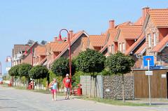 traße Tau'n Lüchttorm zum Leuchtturm in Timmendorf auf der Insel Poel - Mecklenburg Vorpommern; Ferienhäuser.