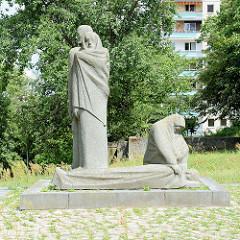 Denkmal antifaschistischer Widerstand an der Rosa-Luxemburg-Straße in  in Frankfurt/Oder vor dem Karl Liebknecht Gymnasium der Stadt. Die Skulpturengruppe wurde von Arnd Wittig aus Granit geschaffen und  1986 aufgestellt.