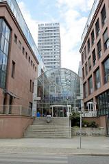 Eingang zur Einkaufspassage am Oderturm in Frankfurt/Oder; das Hochhaus wurde 1976 als Bürogebäude fertig gestellt - Architekten Hans Tulke und Paul Teichmann - 1994 erfolgte ein Umbau nach den Plänen von Architektin Monika Krebs.
