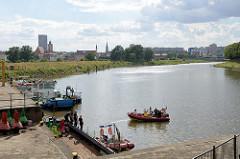 Hafenbecken an der Oder in Słubice - im Hintergrund das Panorama von Frankfurt.
