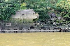 Alte Kaimauer im Moldauhafen - Kleinen Grasbrook / Hamburger Hafen; das Niedrigwasser legt das Holzfundament frei - Teile der Steinmauer sind eingestürzt.