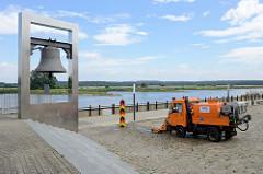Friedensglocke am Ufer der Oder in Frankfurt, die Glocke wurde 1953 am Holzmarkt aufgestellt. Sie trägt die Inschrift Friede und Freundschaft mit allen Völkern. 2011 wurde ein neuer Glockenturm errichtet - Entwurf Architektenbüro Gruber + Popp.