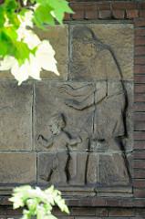 Keramikbild - Mutter mit Kind; Hausfassade in der Claus-Ferck-Straße von Hamburg Volksdorf - Bildhauer Richard Kuöhl.