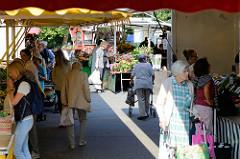 Verkaufsstände auf dem Wochenmarkt in Hamburg Volksdorf.