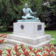 Heinrich von Kleist Denkmal im Gertraudenpark in  Frankfurt/Oder - Bildhauer Gottlieb Elster, 1910.