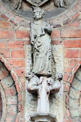 Marienskulptur mit halben Christkind /Jesus Figur halbiert an der Fassade der Sankt Marienkirche in Frankfurt/Oder.