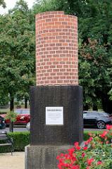 Kriegedenkmal in Frankfurt/Oder am Carthausplatz - Ziegelsäule mit der Inschrift von Daten der Kriege ab 1618 - 2014; Umsetzung Hannes Forster.