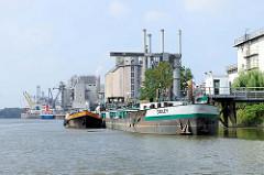 Ein Binnenschiff wird am Anleger im Neuhöfer Kanal in Hamburg Wilhelmsburg von einem Tankschiff betankt.