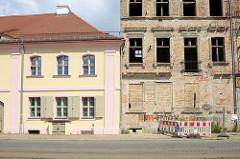 Neu & alt in der Stadt Frankfurt/Oder; links ein Ausschnitt vom restaurierten Georgenhospital, das 1794 zur Versorgung der von Leprakranken errichtet wurde - rechts die Ruine eines mehrstöckigen Wohnhauses die mit einem Bauzaun abgesperrt ist. Die