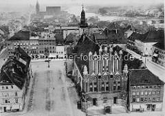 Historische Luftaufnahme von Frankfurt/Oder - Blick auf das alte Rathaus  mit dem Uhrenturm, im Hintergrund der Fluss mit der Stadtbrücke.