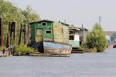 Alte Hausboote am Spandauer Ufer im Hamburger Spreehafen; die Farbe blättert am Holzaufbau des Arbeitsbootes ab.