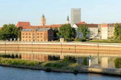 Blick von Słubice auf die Stadt Frankfurt/Oder; in der Bildmitte der denkmalgeschützte Salzspeicher - dahinter der Kirchturm der Marienkirche und das Hochhaus Der Oderturm.