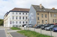 Mehrstöckige Wohnhäuser in der Fischerstraße Ecke Kellenspring in Frankfurt/Oder.