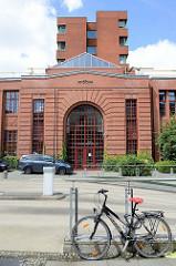 Gerichtsgebäude in der Kieler Deliusstraße / Amtsgericht, Landgericht und Arbeits- und Landesarbeitsgericht. Alte Backsteinarchitektur / Industriearchitektur und moderner Neubau.