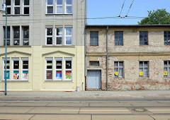 Alt + neu; renoviertes Wohnhaus / Geschäftsgebäude und renovierungsbedürftiges Lagerhaus mit unverputzten Ziegelsteinen in der Herbert-Jensch-Straße von Frankfurt / Oder.