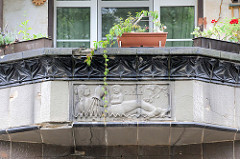Relief Die Quelle am Balkon des historischen Gebäudes der Städtischen Wasserwerk in Frankfurt (Oder).