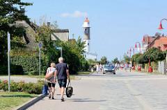 Blick durch die Straße Tau'n Lüchttorm zum Leuchtturm in Timmendorf auf der Insel Poel - Mecklenburg Vorpommern.