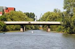 Betonbrücke über den Jaffe David Kanal in Hamburg Wilhelmsburg - ein Paddler fährt Richtung Ernst-August-Kanal.