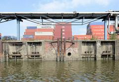 Schliessmechanismus für die Wasserzufuhr der  Anlage vom ehemaligen Kraftwerk Neuhof am Neuhöfer Kanal in Hamburg Wilhelmsburg. Die Anlage wurde 1927 in Betrieb genommen und 1983 stillgelegt.  Auf dem Gelände ist jetzt ein Containerlager eingeri