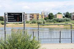Elektronische Wasserstandsanzeige an der Oder / Pegel Frankfurt 1 -  ; am gegenüberliegenden Ufer des Flusses Wohnhäuser in Slubice.