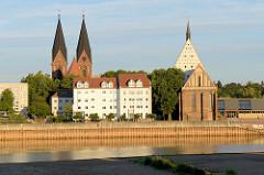 Blick über die Oder zur Friedenskirche und Franziskaner Klosterkirche in Frankfurt.
