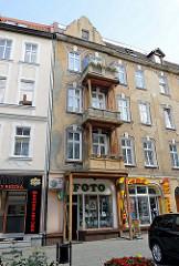 Jugendstilgebäude an der Jedności Robotniczej in Słubice; die Balkons werden mit Holzbalken abgestützt.