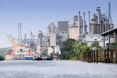 Frachtschiffe und Industrieanlagen im Neuhöfer Kanal von Hamburg Wilhelmsburg.