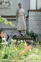 Plastik / Skulptur Trümmerfrau vor dem Filmtheater der Jugend in Frankfurt/Oder; Bildhauer Edmund Neutert.
