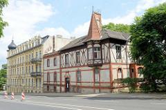 Historische Wohnhäuser in der Rosa-Luxemburg-Straße von Frankfurt Oder; im Hintergrund das Luxemburg-Palais, Architektur der Gründerzeit.