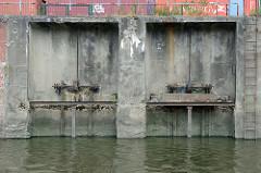 Schliessmechanismus für die Wasserzufuhr der  Anlage vom ehemaligen Kraftwerk Neuhof am Neuhöfer Kanal in Hamburg Wilhelmsburg. Die Anlage wurde 1927 in Betrieb genommen und 1983 stillgelegt.