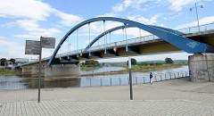 Die Stadtbrücke Frankfurt (Oder), Grenzbrücke zwischen Deutschland und Polen / Słubice - Stabbogenbrücke, errichtet 2002.